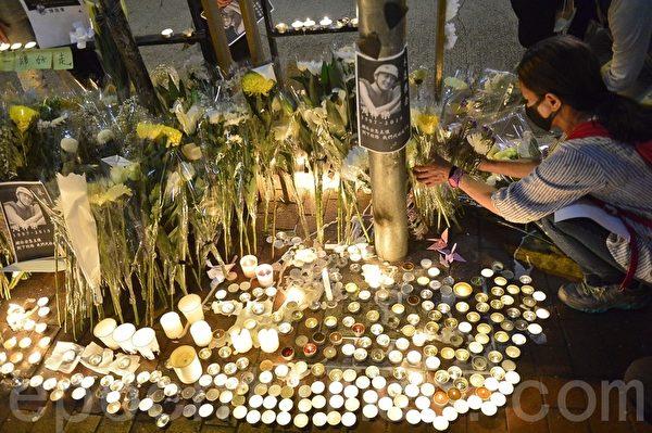 2019年11月8日晚,香港民眾在元朗,獻上鮮花點上燭光,悼念周梓樂同學。(余天祐/大紀元)
