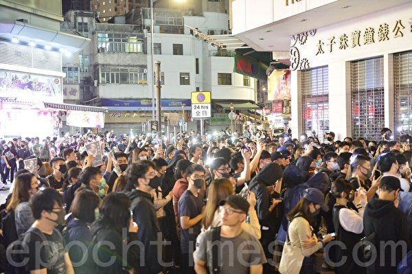 2019年11月8日晚,香港民眾在元朗,用手機燈海,悼念周梓樂同學。(余天祐/大紀元)