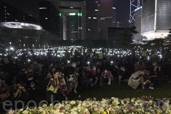 2019年11月9日,香港民眾在金鐘添馬公園舉行「主佑義士」全港祈禱及追思會。民眾舉起手機,並打開自帶燈,現場一片光海。(Tal/大紀元)