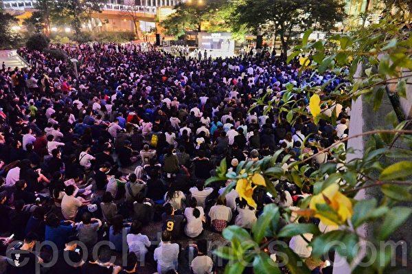 2019年11月10日,香港民眾在中環遮打花園舉行祈禱會,悼念周梓樂。民眾擠滿公園。(宋碧龍/大紀元)