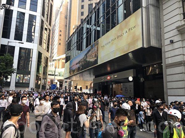 2019年11月11日,香港中環畢打街,民眾漸多。(余天祐/大紀元)