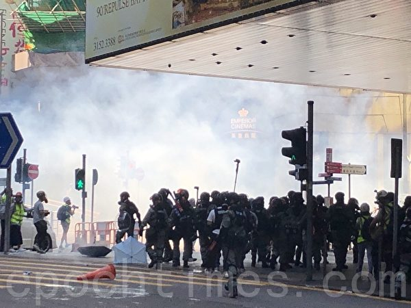2019年11月11日,香港中環畢打街,警察發射催淚彈。(余天祐/大紀元)