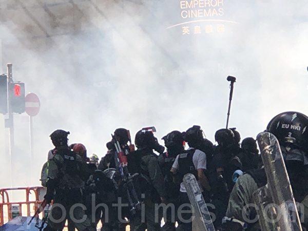2019年11月11日,港民發起「三罷」運動。圖為在中環畢打街警察發射催淚彈。(余天佑/大紀元)