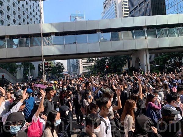 2019年11月11日,香港中環畢打街,民眾堅持「五大訴求,缺一不可」。(韓納/大紀元)