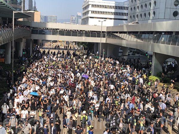 2019年11月11日,香港中環畢打街,民眾越來越多。(余天祐/大紀元)