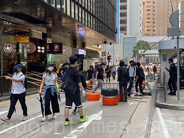2019年11月11日,港民發起「三罷」運動,中環畢打街,民眾越來越多。(梁珍/大紀元)