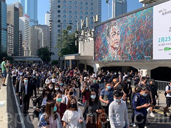 2019年11月11日,港民發起「三罷」運動,中環參加民眾越來越多。(韓納/大紀元)