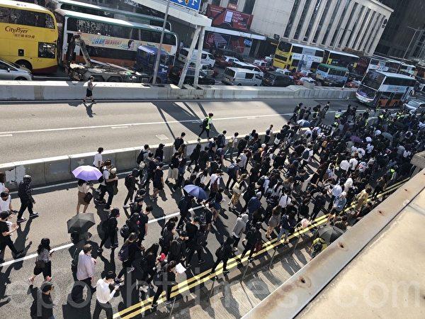 2019年11月11日,港民發起「三罷」運動,中環參加民眾越來越多。(余天祐/大紀元)