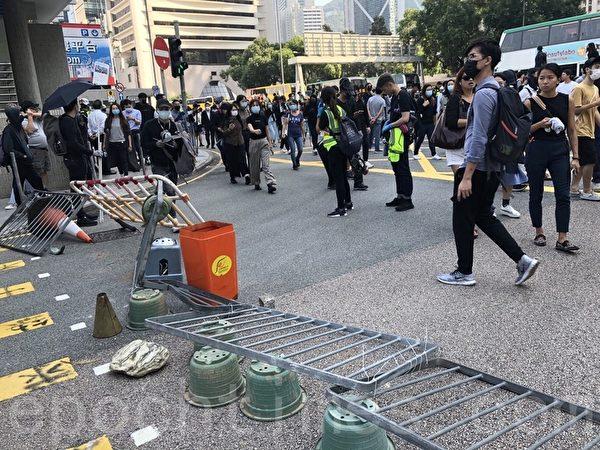 2019年11月11日,港民發起「三罷」運動,中環民眾設置路障。(余天祐/大紀元)