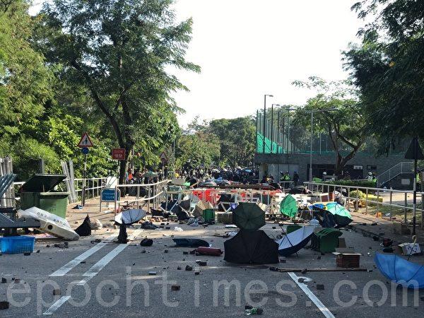 2019年11月11日,香港全港民間發起全港三罷的「黎明行動」。警方進入香港大學向年輕人發射催淚彈,中大校園一片狼藉。(余鋼/大紀元)