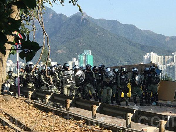 2019年11月11日,香港全港民間發起全港三罷的「黎明行動」。警方進入香港大學向年輕人發射催淚彈。(余鋼/大紀元)