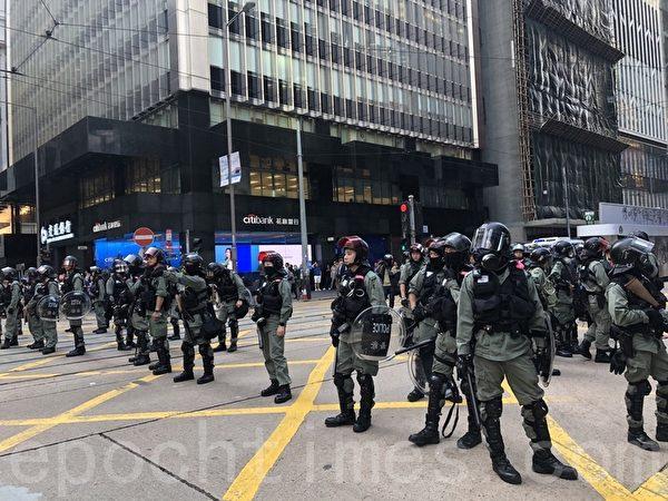 2019年11月11日,香港民間發起全港三罷的「黎明行動」。畢打街德輔道中又聚集群眾,警察佔據街道。(余天祐/大紀元)