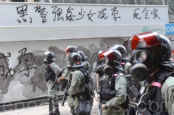 2019年11月11日,香港民間發起全港三罷的「黎明行動」。畢打街德輔道中又聚集群眾,警察佔據街道,民眾用標語表達憤怒。(余天祐/大紀元)