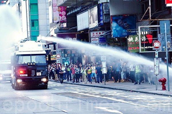 2019年11月11日,香港民間發起全港三罷。圖為旺角彌敦道水炮車。(葉依帆/大紀元)