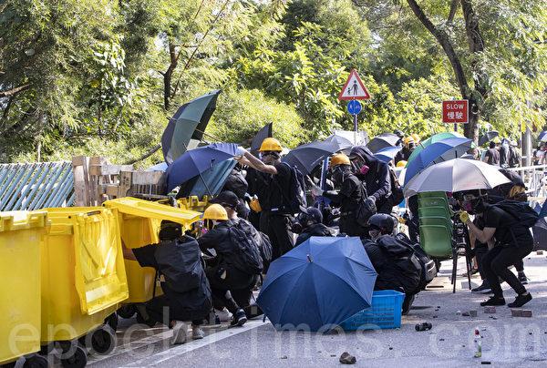 2019年11月11日,警察進入香港中文大學發射催淚彈並拘捕學生,現場恍如戰場。(余鋼/大紀元)