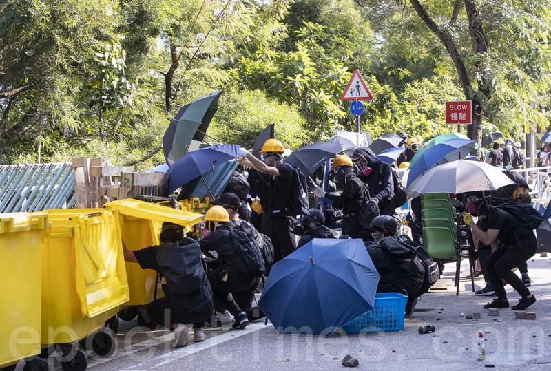 港防暴警闖入大學搜捕學生 學界痛批