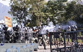 组图2:防暴警校园射催泪弹 香港中大如战场