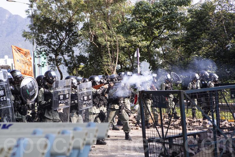 2019年11月11日,在香港中文大學,警察向學生發射催淚彈並拘捕學生,現場恍如戰場。(余鋼/大紀元)