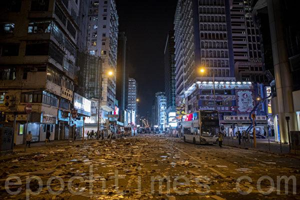 2019年11月11日,香港民間發起全港三罷的「黎明行動」。入夜後旺角也有抗議活動,警察發射催淚彈清場。(余鋼/大紀元)