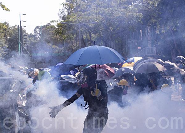 2019年11月11日,香港中文大學學生阻止警察進入校園,警察向學生發射催淚彈並拘捕學生,現場恍如戰場。(余鋼/大紀元)