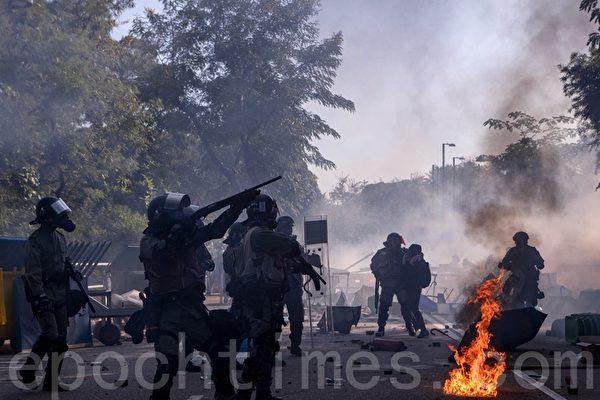 11月12日。中文大學學生死守校園門口,不讓警察進入,警方狂發催淚彈攻擊。(余鋼/大紀元)