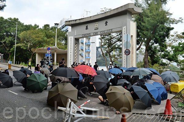 2019年11月12日,香港中大學生用雨傘做防線。(宋碧龍/大紀元)