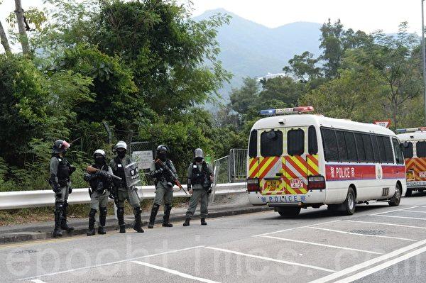 2019年11月12日,香港防暴警察封閉通往中大的大埔公路-馬料水段。(宋碧龍/大紀元)