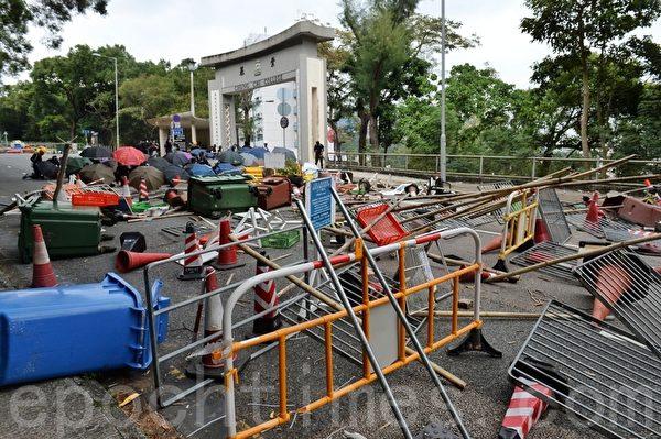 2019年11月12日,在香港中大入口用許多障礙物封閉。(宋碧龍/大紀元)