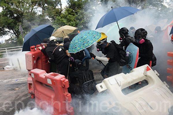 2019年11月12日,香港繼續「三罷」行動。中大學生組人鏈、設路障,運送物資。(孫明國/大紀元)