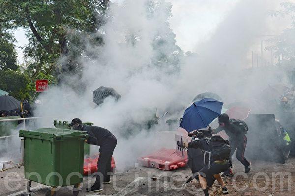 2019年11月12日,港人「三罷」行動。在香港中大防暴警察發射催淚彈。(宋碧龍/大紀元)