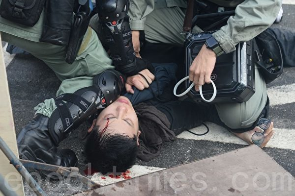 2019年11月12日,港人「三罷」行動。在香港中大學生被打爆頭流血。(宋碧龍/大紀元)