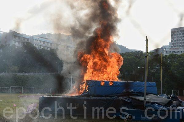 2019年11月12日,香港繼續「三罷」行動。警察進入中大校園與學生衝突。校園內有高台起火。(宋碧龍/大紀元)