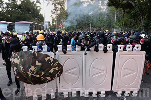2019年11月12日,港人「三罷」行動。香港中大停車場設置路障。(宋碧龍/大紀元)