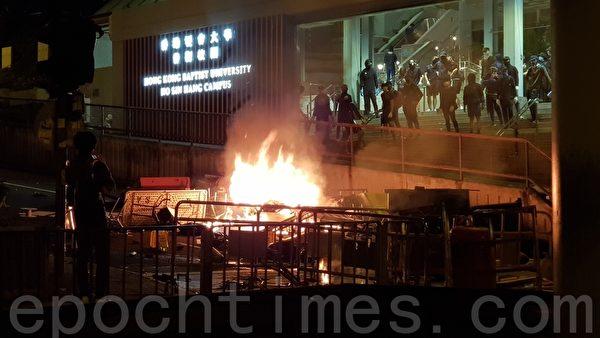 2019年11月12日,港人繼續發起「三罷」行動,香港城市大學和浸會大學聯手燃點路障。(駱亞/大紀元)
