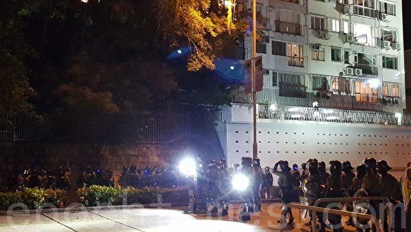 2019年11月12日,大批防暴警察在香港城市大學附近蒐查。(駱亞/大紀元)