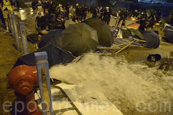 2019年11月12日,香港繼續「三罷」行動。夜晚,城大學生抗爭抵擋港警進入。(余天祐/大紀元)