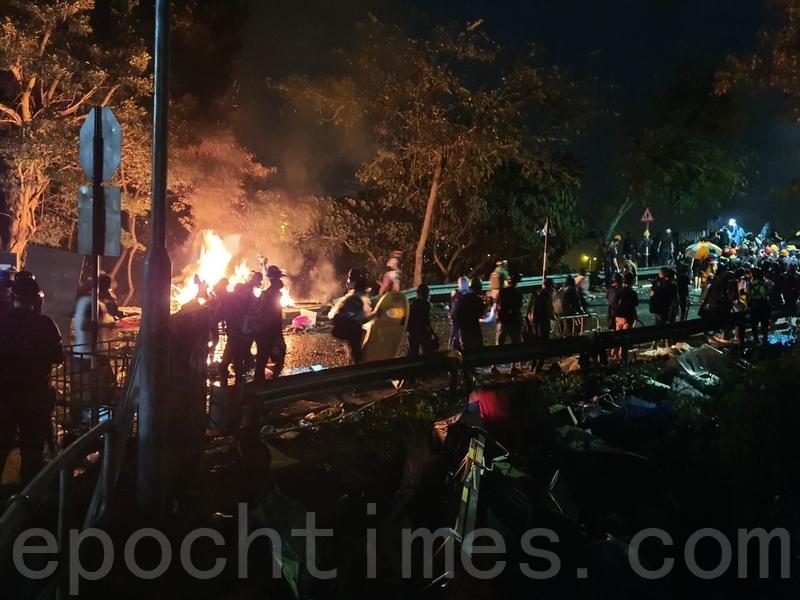 2019年11月12日,香港警察進入中大校園與學生衝突。當晚,中大學生組人鏈、設路障,運送物資。(孫明國/大紀元)
