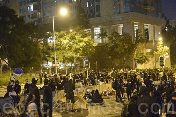 2019年11月12日,香港城大學生移師到浸大窩打老道最前線堵路。(余天祐/大紀元)