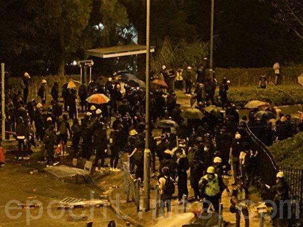 2019年11月12日,香港城大學生準備抵抗警方第二次攻擊。(駱亞/大紀元)