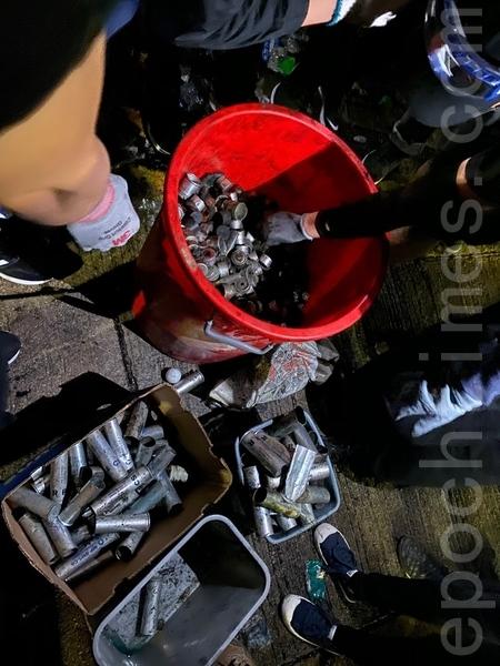 2019年11月12日,香港中大晚上學生蒐集到很多彈殼。(文瀚林/大紀元)
