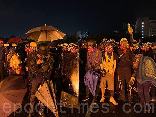 2019年11月12日,香港中大晚上學生捍衛校園。(文瀚林/大紀元)