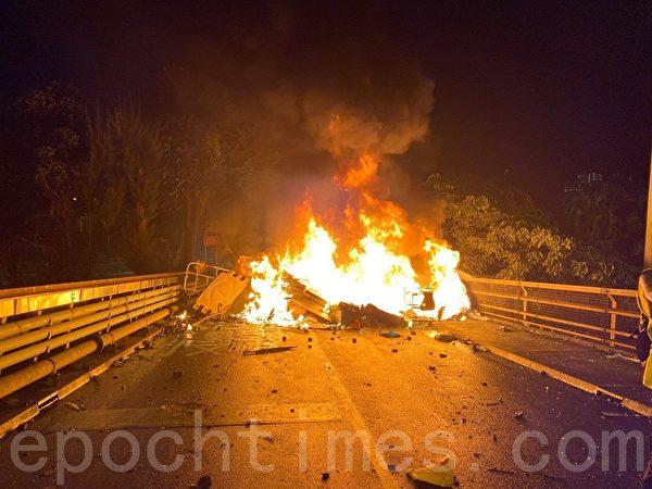2019年11月12日,香港中大晚上燃燒路障。(文瀚林/大紀元)