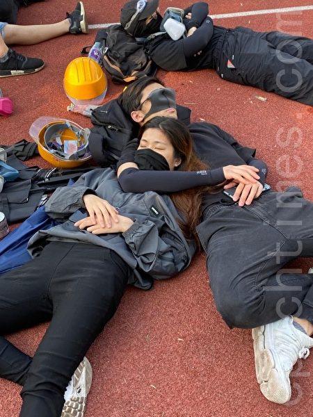 2019年11月13日,香港警察闖進中大狂轟濫捕。學生日夜扺抗,13日早上,學生累了休息補充體力。(文瀚林/大紀元)