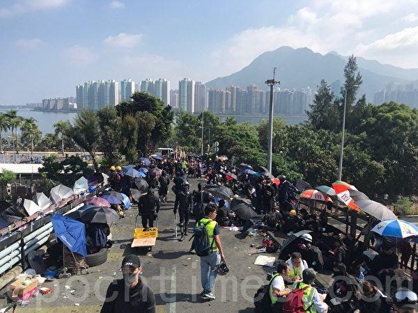 2019年11月13日,香港警察闖進香港各大學狂轟濫捕青年學生。學生日夜扺抗。圖為中大二號橋位置。(余鋼/大紀元)