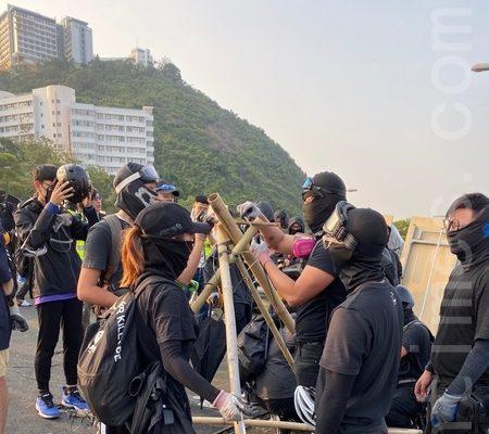 港人再抗议 港铁16站晚8时关闭
