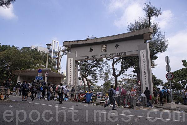 2019年11月13日,警察闖進香港各大學校園,狂轟濫捕青年學生。學生日夜扺抗。圖為中大學生校園門口位置設置路障,阻擋警察進入校園。(余鋼/大紀元)