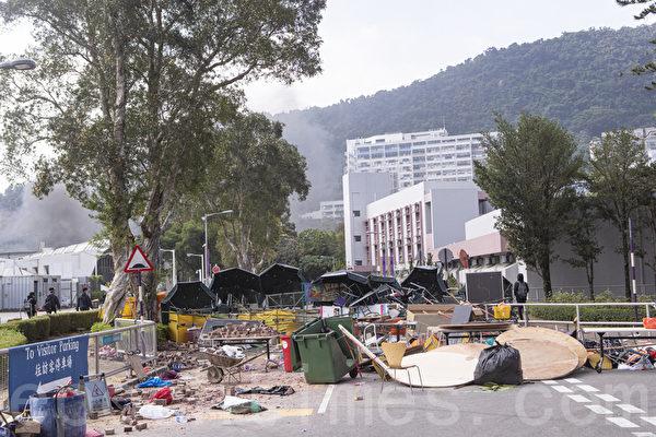 2019年11月13日,警察闖進香港各大學校園,狂轟濫捕青年學生。學生日夜扺抗。圖為中大學生校園位置設置路障,阻擋警察進入校園。(余鋼/大紀元)