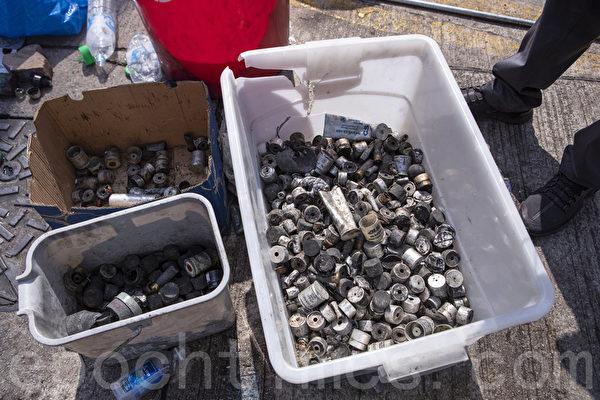 2019年11月13日,警察闖進香港各大學校園,狂轟濫捕青年學生。學生日夜扺抗。圖為中文大學學生12日在現場收集的各種彈殼達2356枚。(余鋼/大紀元)