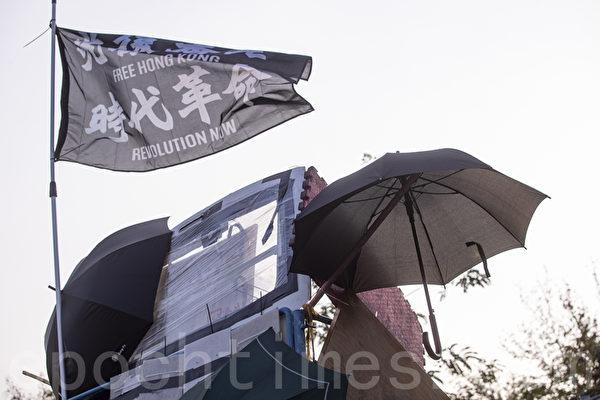 2019年11月13日,警察闖進香港各大學校園,狂轟濫捕青年學生。圖為中大校內「光復香港,時代革命」旗幟飄揚。(余鋼/大紀元)