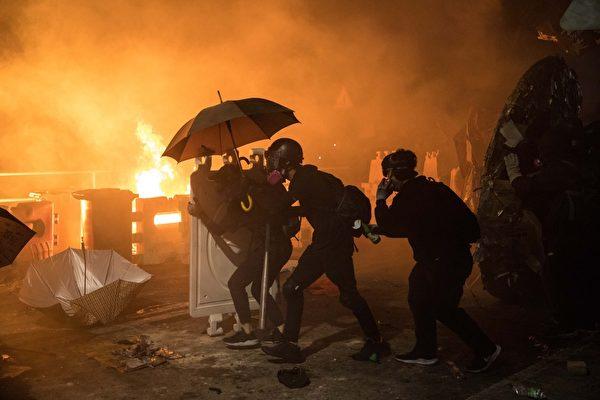 2019年11月12日,香港中大防暴警察發射催淚彈。(DALE DE LA REY/AFP)